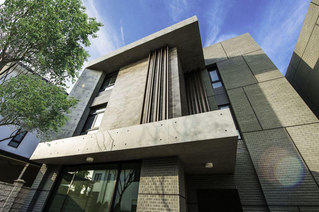 「大院山」建築採用五種質地,包括清水模、板岩磚、條碼磚、金屬格柵、玻璃,全都是經...