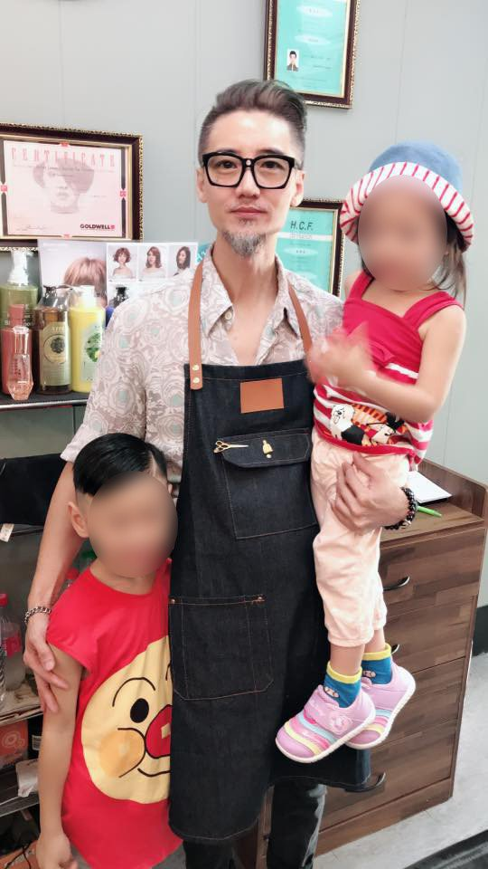 更有網友留言說,這個帥爸本業是髮型設計師。 擷自爆廢公社二館