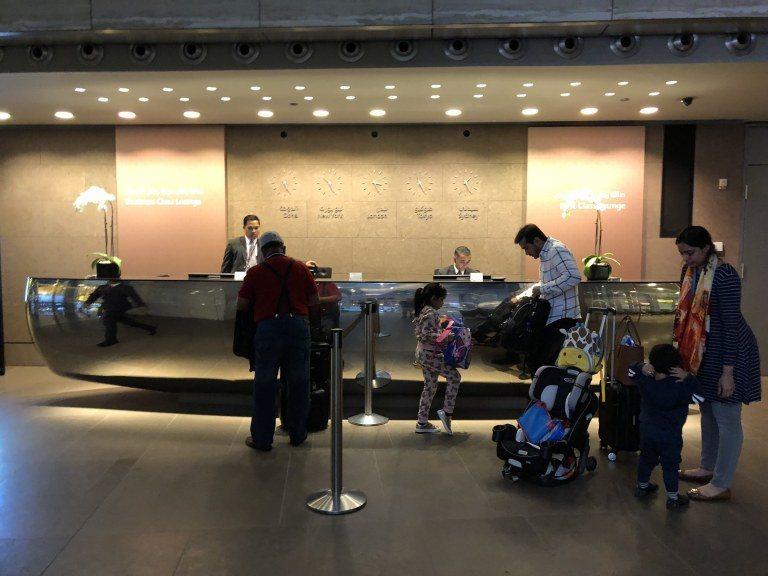 櫃台左邊是商務艙貴賓室,右邊是頭等艙貴賓室 圖文來自於:TripPlus
