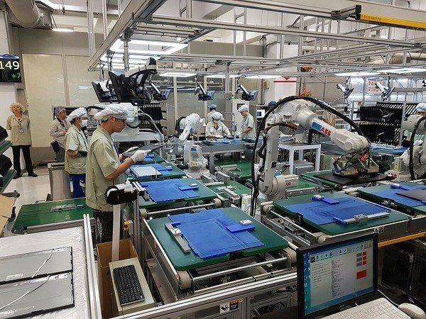 圖4 : 在智能化廠房中,作業員透過儀表板得知產線情況。(攝影/葉奕緯)