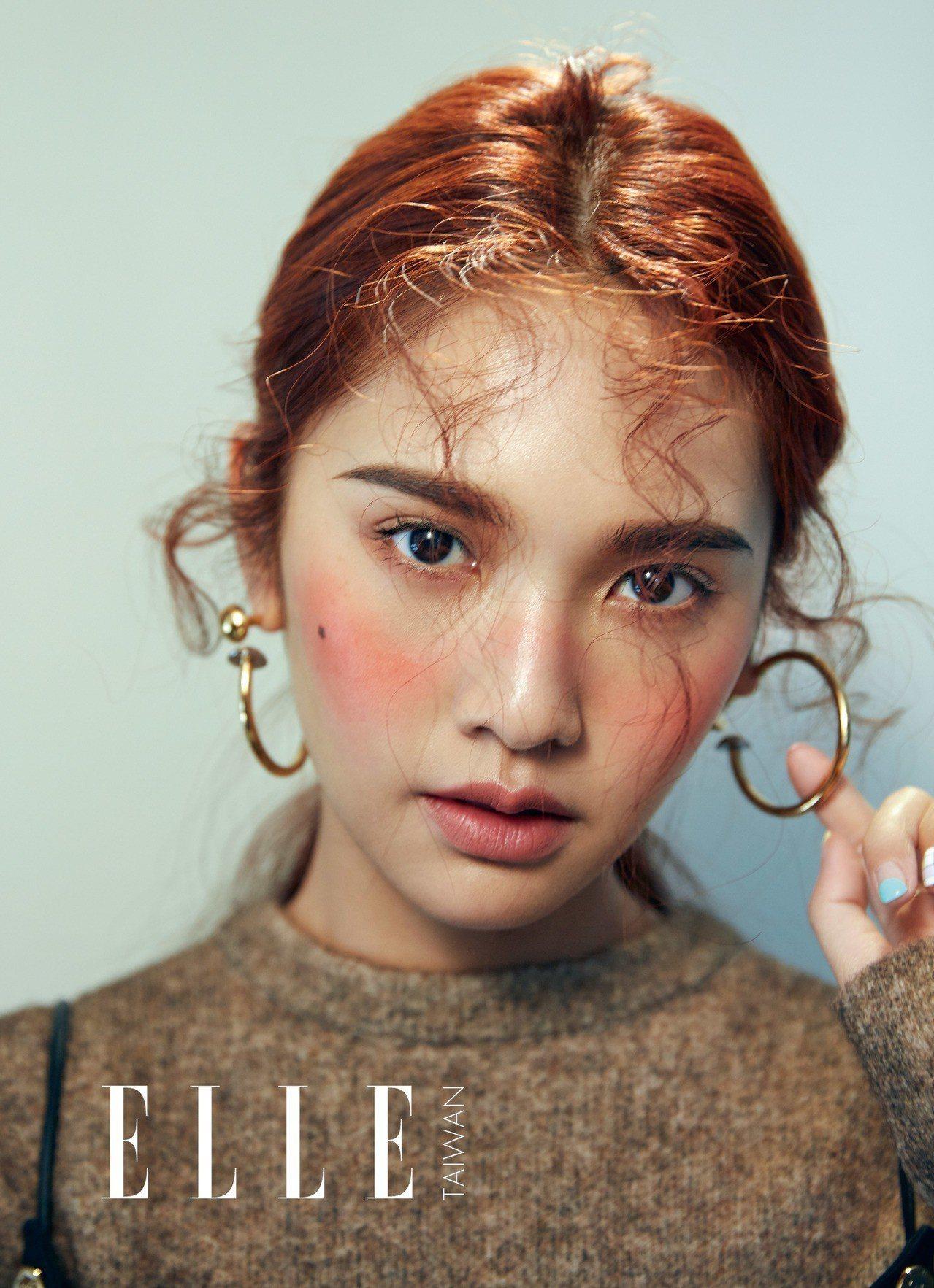 金色圈形耳環、針織上衣、金色鈕扣外搭背心、毛呢短裙(ALL BY LOUIS V...