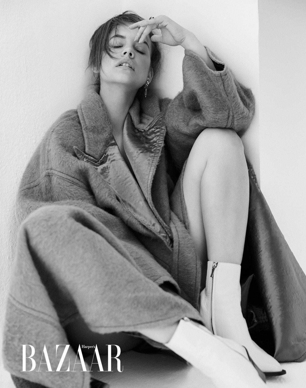 大衣,Bottega Veneta;短靴,Barbara Bui。 祖母綠耳環、...