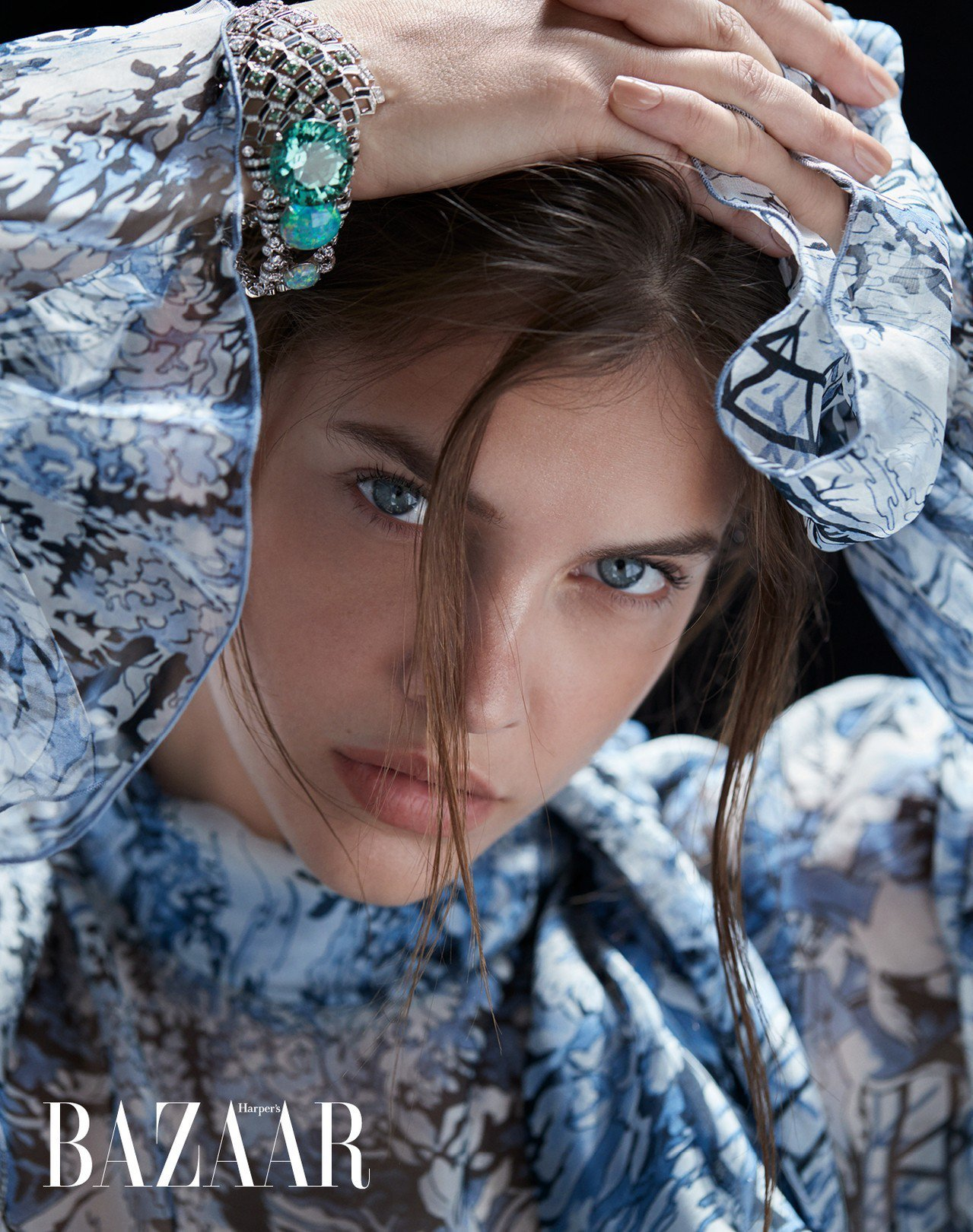 洋裝,Off White。 蛋白石及碧璽手環,Cartier。
