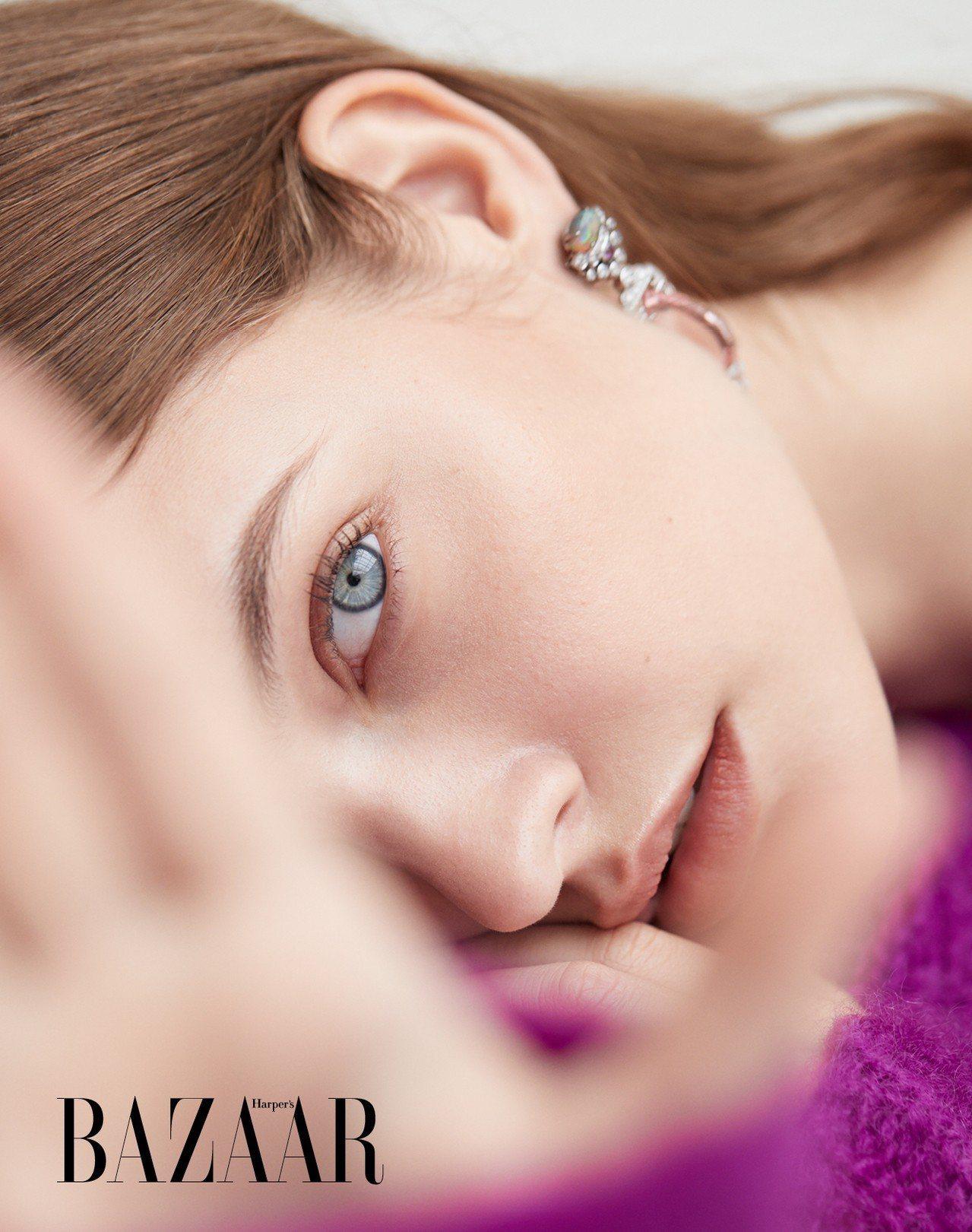 針織衫,Isabel Marant。 摩根石與蛋白石耳環,Cartier。