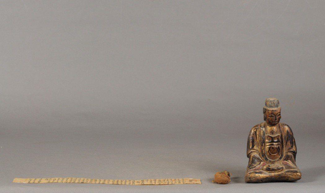 觀世音菩薩有命書及入神物,入神物的麻布袋縫製成像人的內臟形狀,可見有五色線。(臺...