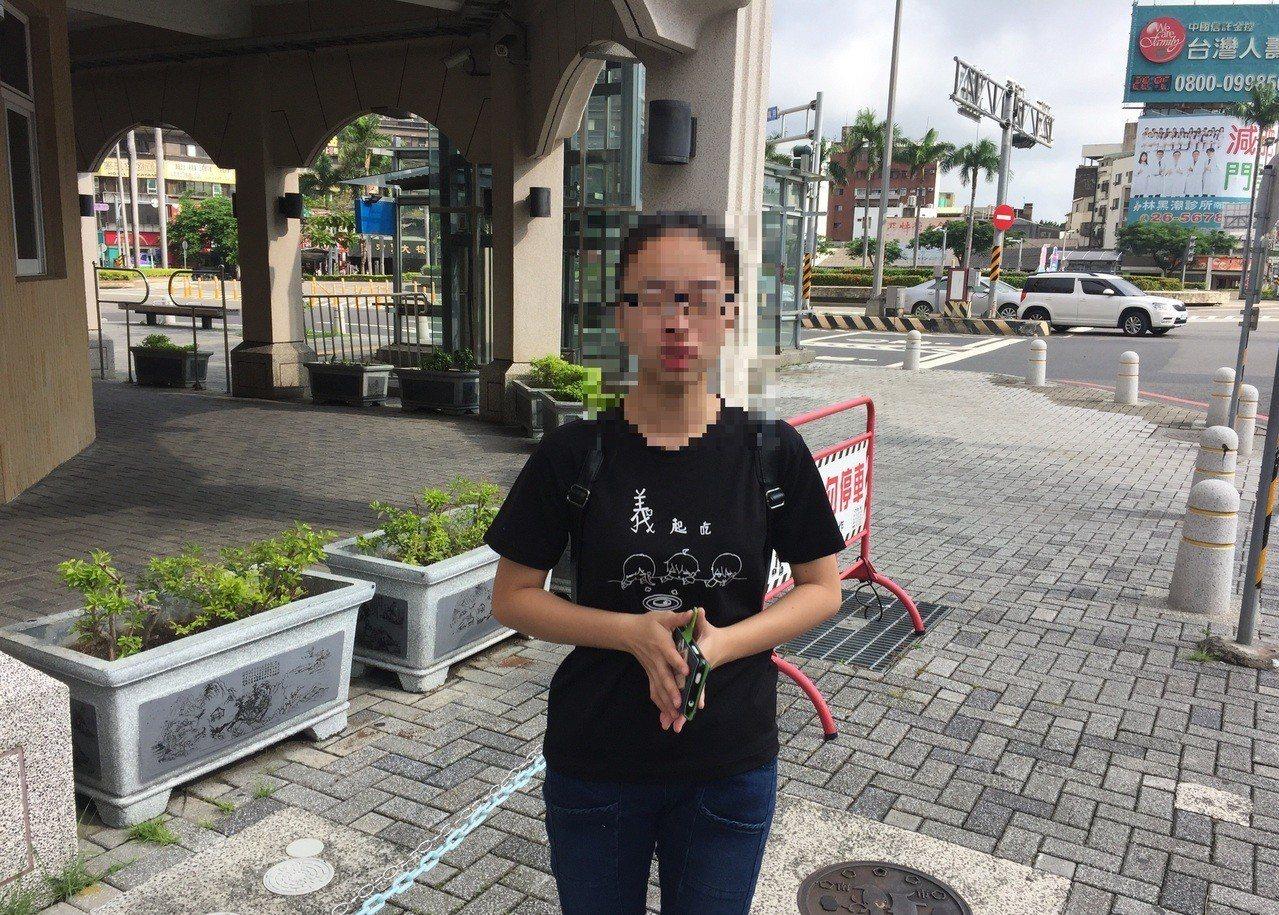 陳姓女學生昨在中華西路與健康路口迷路,心急落淚,最後請求警方協助,才順利抵達飯店...