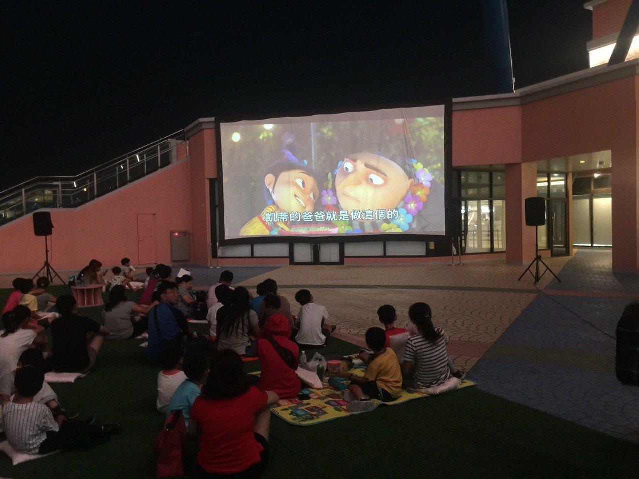 慶祝8月假期,麗寶樂園開闢《摩天輪星光電影院》,選在今晚88父親節電影首映。圖/...