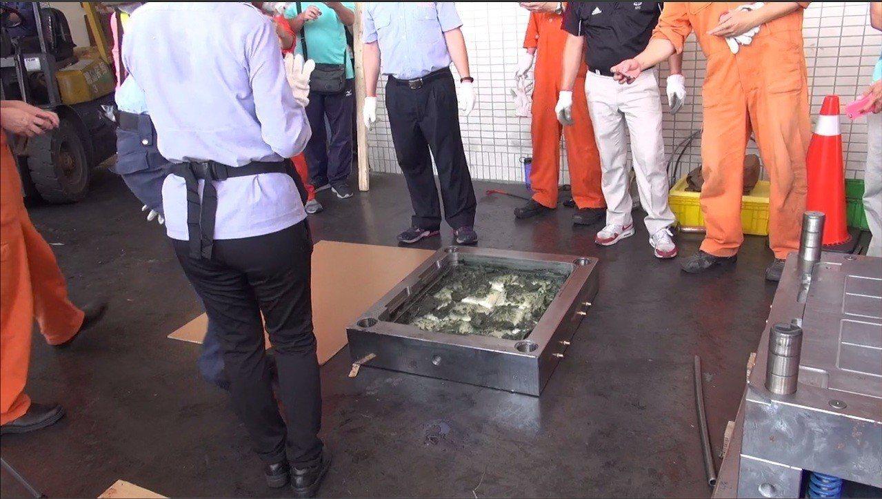 台中市刑大、刑事局、保二總隊共組專案小組,6日在高雄海關的塑膠射出模具貨櫃內,查...