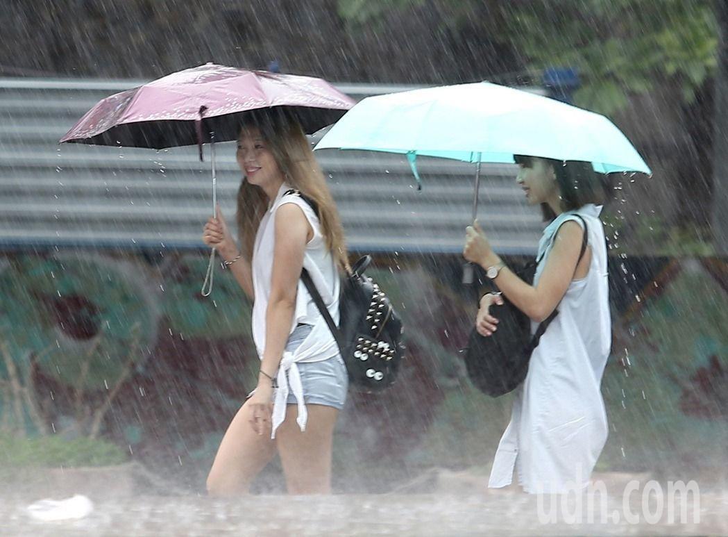 南方雲系北移影響,南部、東南部地區、澎湖有局部短暫陣雨。聯合報系資料照