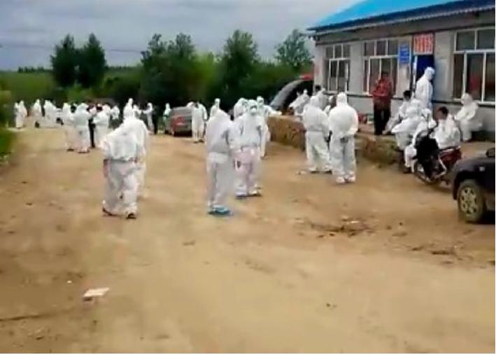 依蘭縣出現大批身穿白色保護衣物的工作人員。(新浪微博影片截圖)