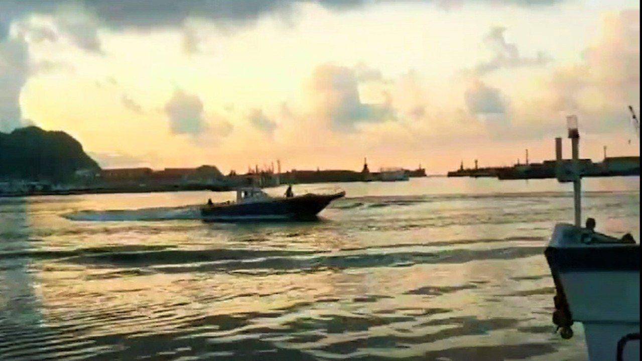 一隻瑞氏海豚迷航游進基隆市八斗子漁港,2天來不斷在港內追魚游動不肯離港,昨晚以噪...