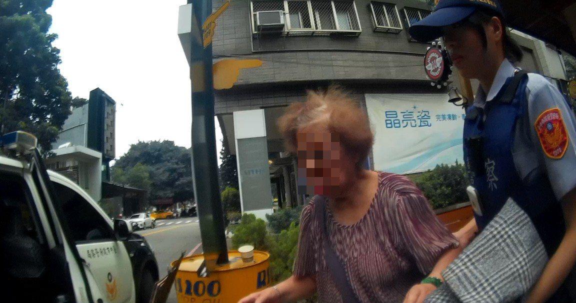 台中警送迷路的阿嬤回家。記者游振昇/翻攝