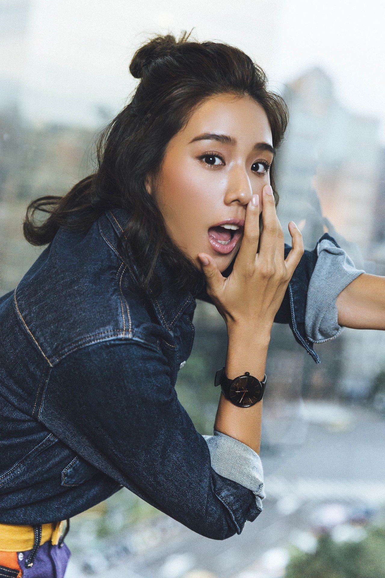 潮模Angelinau配戴High Noon巔峰系列腕表,約8,800元。圖/C...