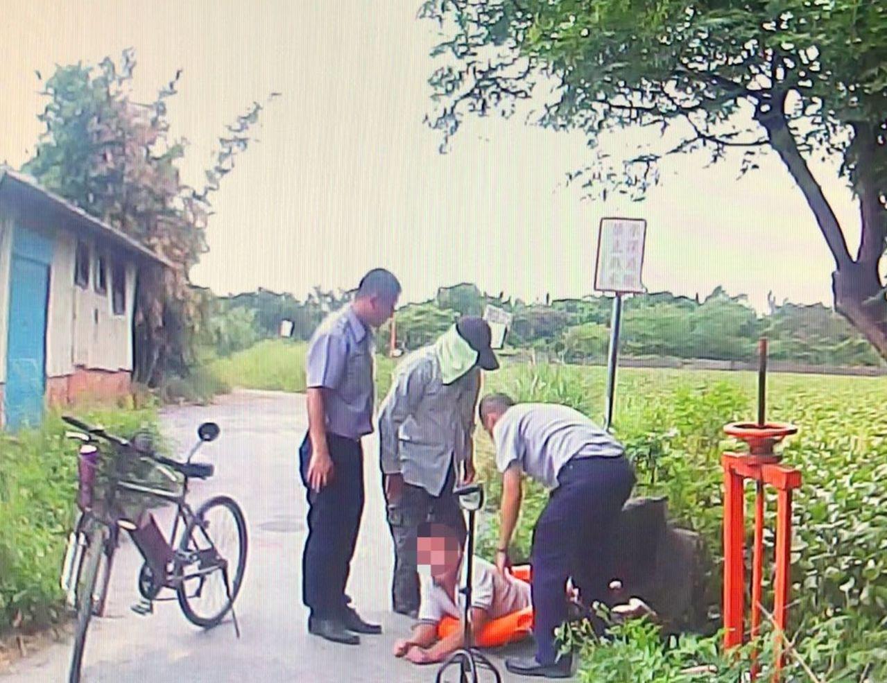 桃園市7旬老翁清晨獨自外出散步,不慎跌落路旁水圳內,路人見狀急報警,一同合力救出...