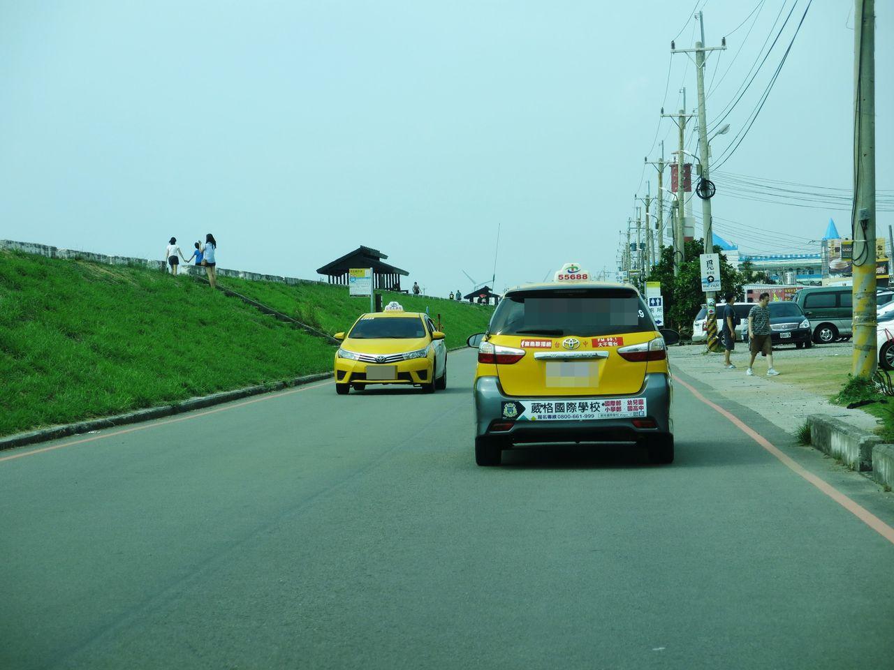 高美溼地是國際級觀光景點,但計程車不採行跳表收費,引發遊客不滿。記者黑中亮/攝影