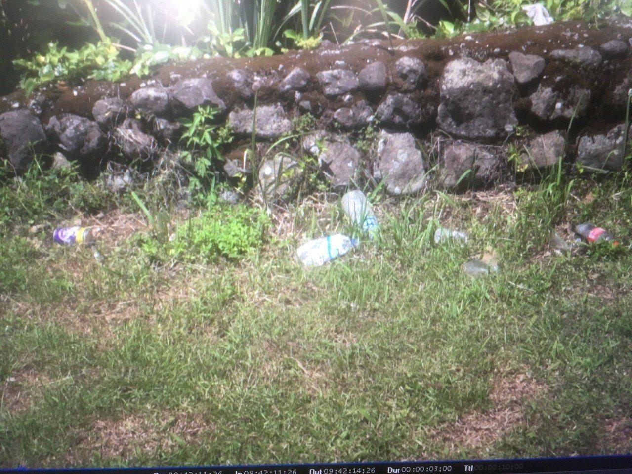 蘭嶼氣象站圍牆下都是遊客亂丟的空瓶罐。圖/讀者提供
