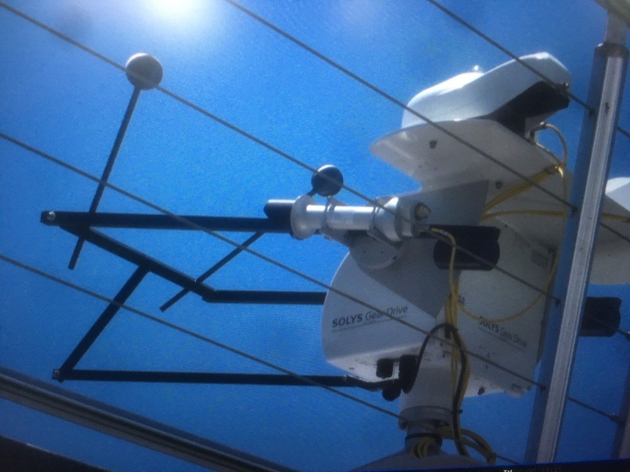 監測太陽輻射的太陽輻射感應儀,連接線遭人觸碰後,一度造成監測作業中斷。圖/讀者提...