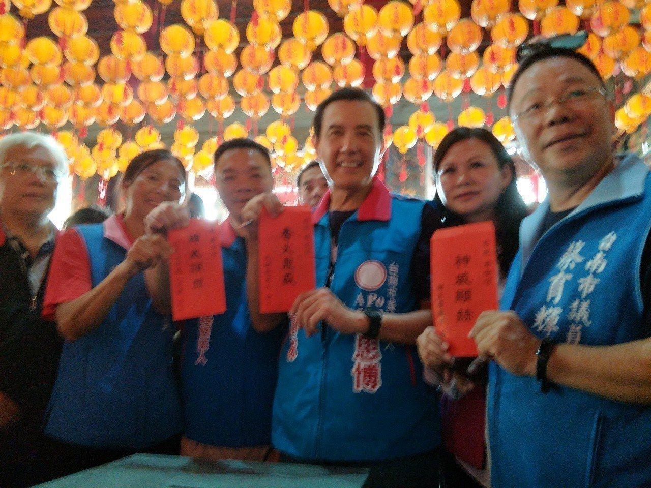 前總統馬英九(右三)上午來到新營濟安宮參拜,添香油錢。記者謝進盛/攝影