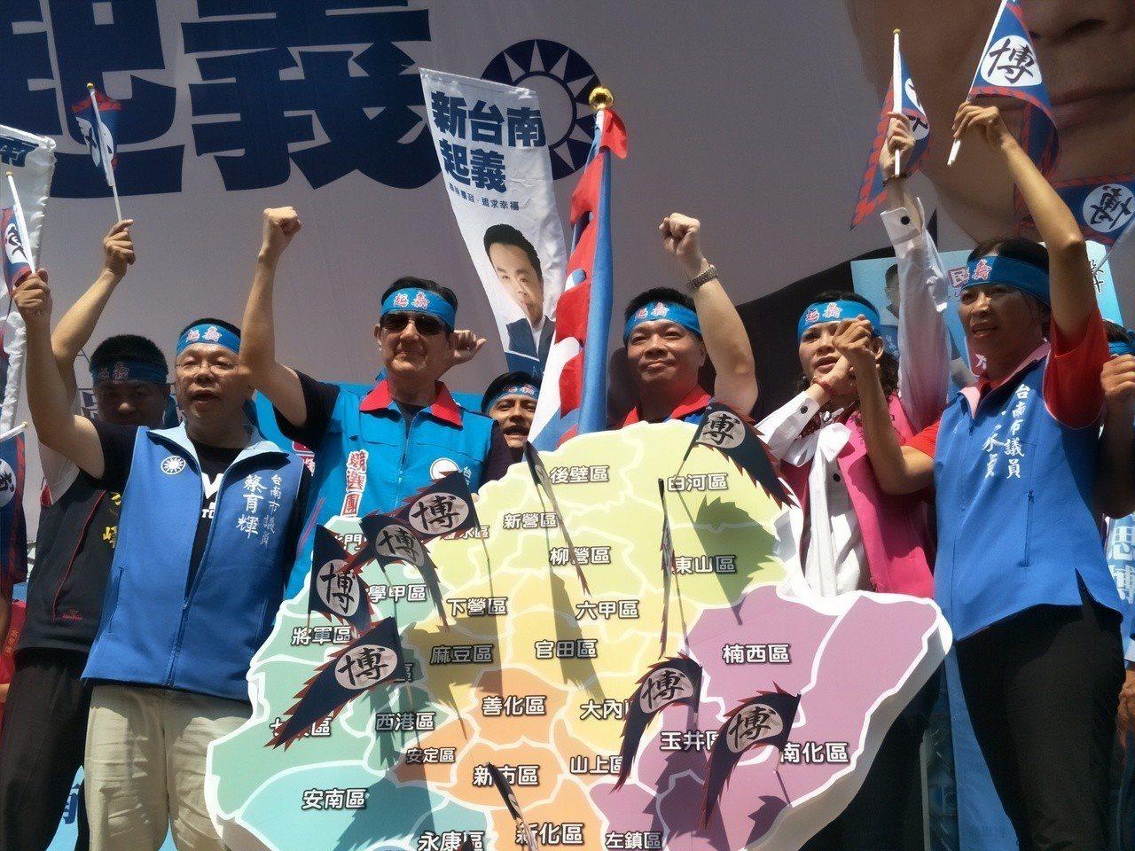 一行人綁上紅巾,宣示「台南起義」。記者謝進盛/攝影