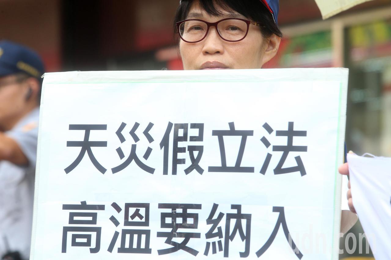 台灣航太修護產業工會、長榮航空企業工會與中華航空企業工會代表,上午前往勞動部陳情...