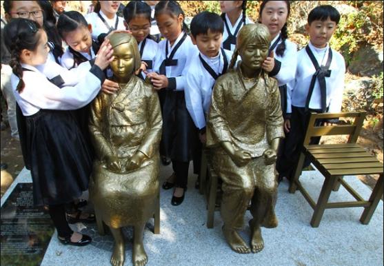 上師大內設有中國慰安婦歷史博物館,於2016年設置了象徵慰安婦問題的少女像。(新...