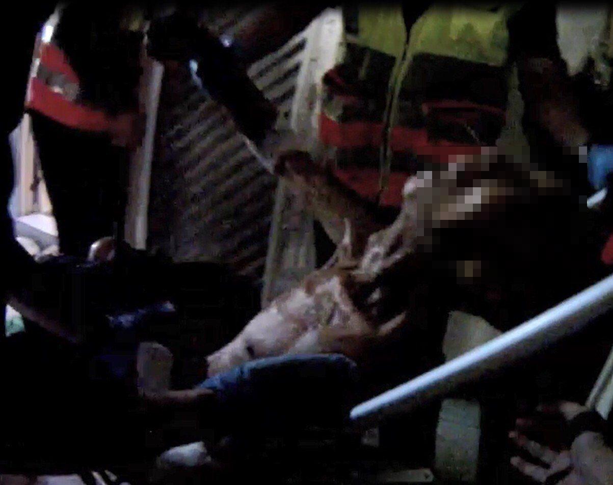 台中警察從滿屋垃圾穢物中,救出老爺爺。記者游振昇/翻攝