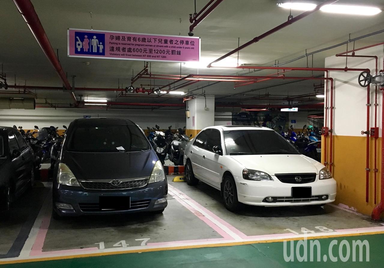 台北市101大樓旁的信義廣場地下停車場,4個孕婦幼兒停車位有3個被占用。記者吳姿...