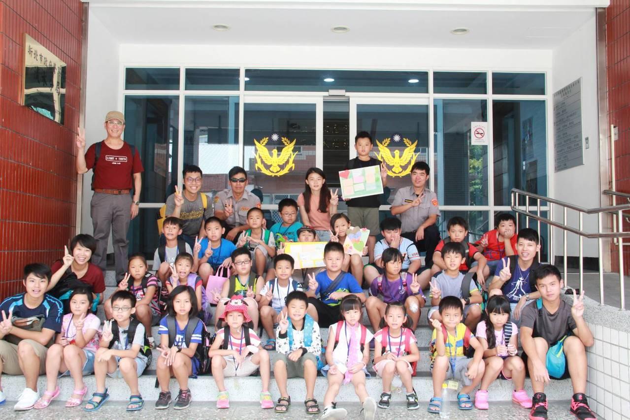財團法人台灣聖公會昨天舉辦「小太陽生活營」,由聖約翰大學的大學生帶領新北市淡水區...
