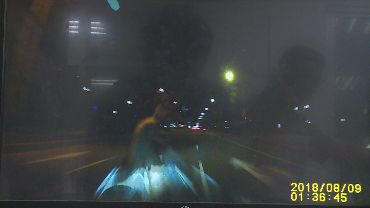 一名老翁騎自行車闖紅燈,遭轎車正面撞擊。警方提供