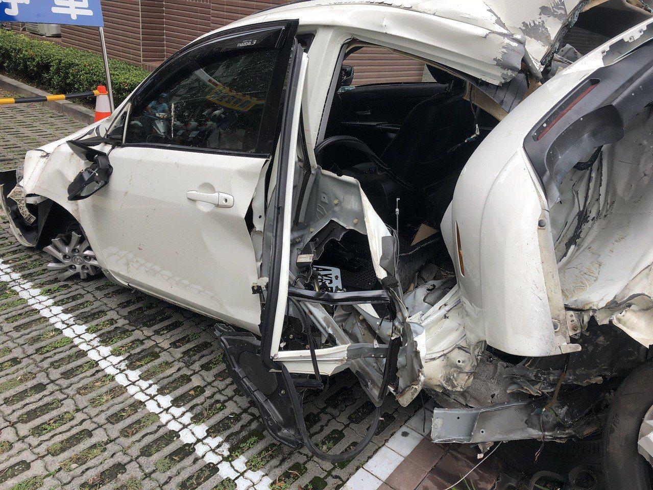 台中市西屯區胡姓少年今天凌晨開著姐姐的轎車,載著4名學弟外出吃消夜,卻釀兩死三傷...