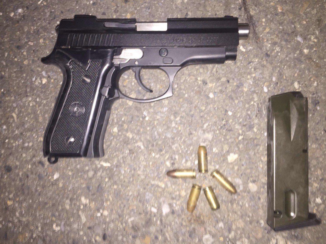 高雄市許姓男子涉嫌持有改造手槍及子彈,被警方查獲法辦。記者黃宣翰/翻攝