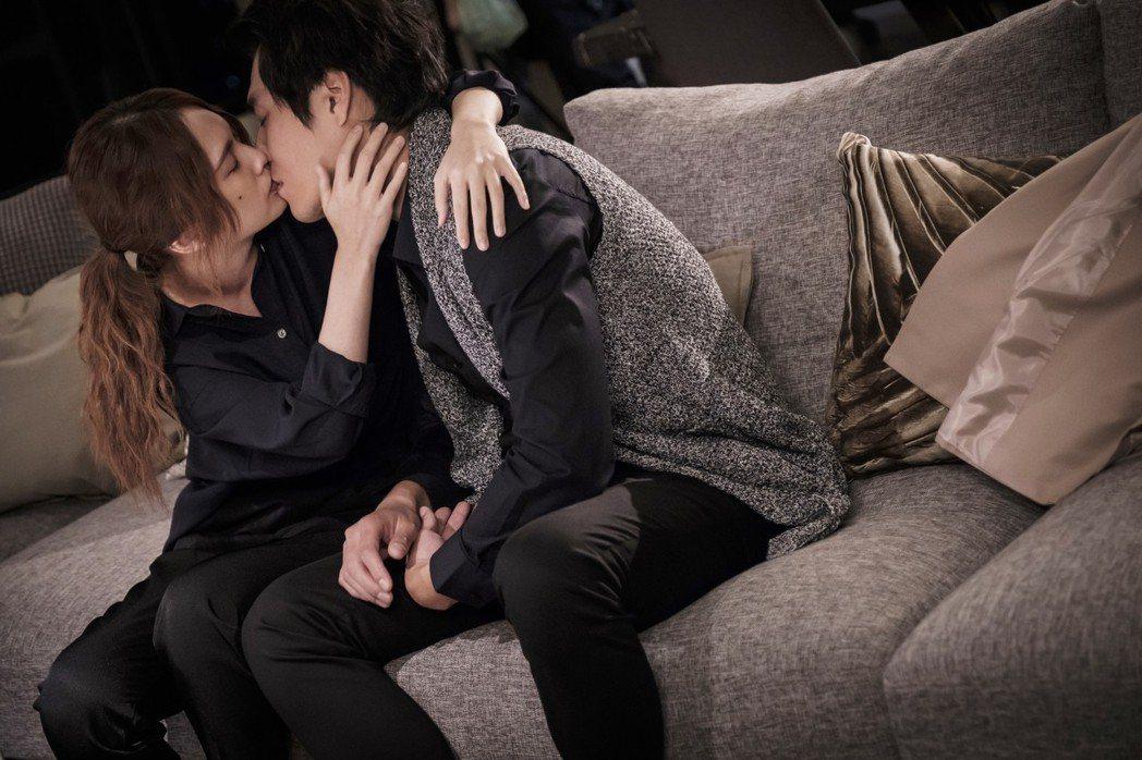 楊丞琳(左)與藍正龍在「前男友不是人」最終回上演擁吻戲碼。圖/八大提供