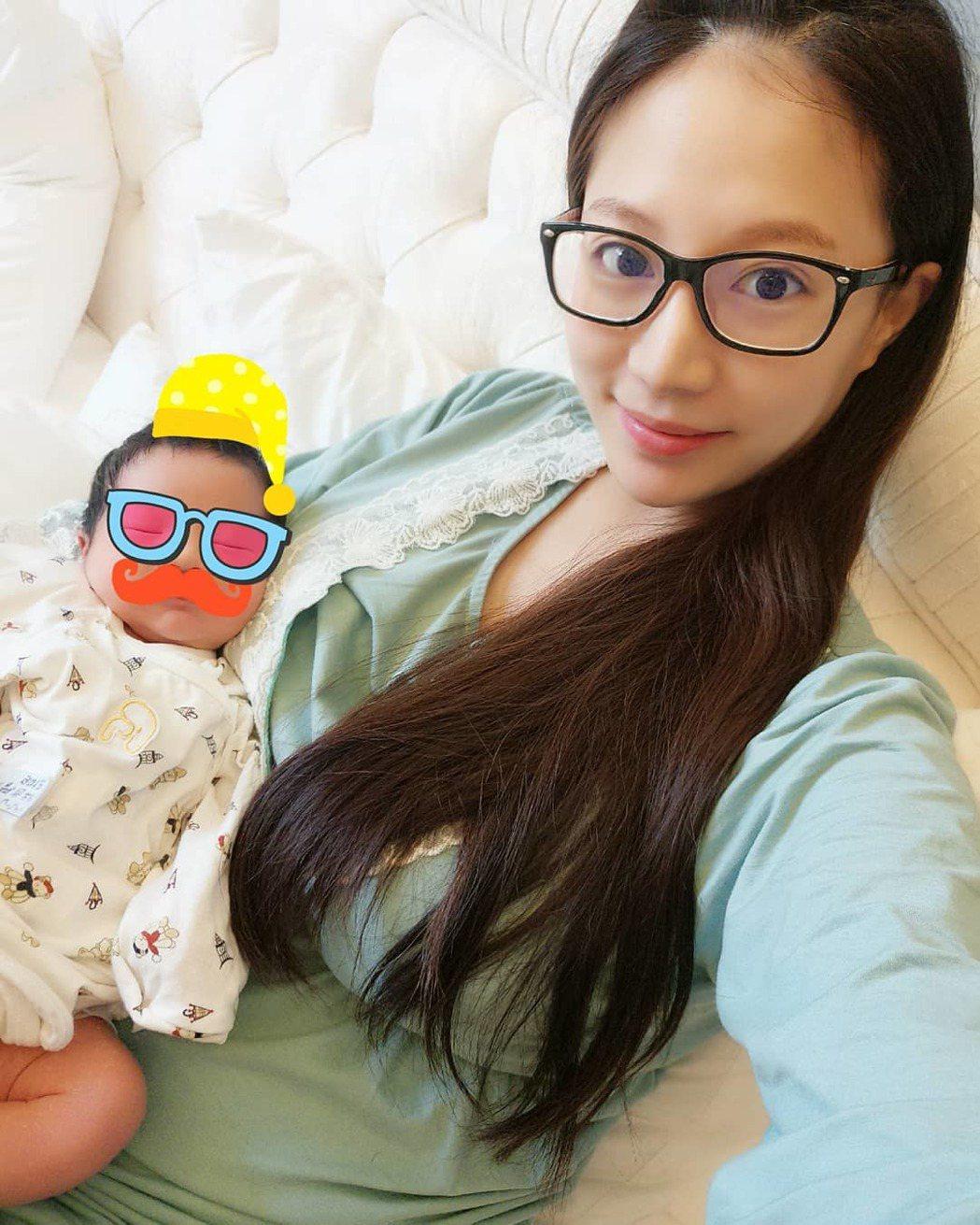 林采緹(右)抱著愛子夏天,消瘦臉蛋引發熱議。圖/摘自IG