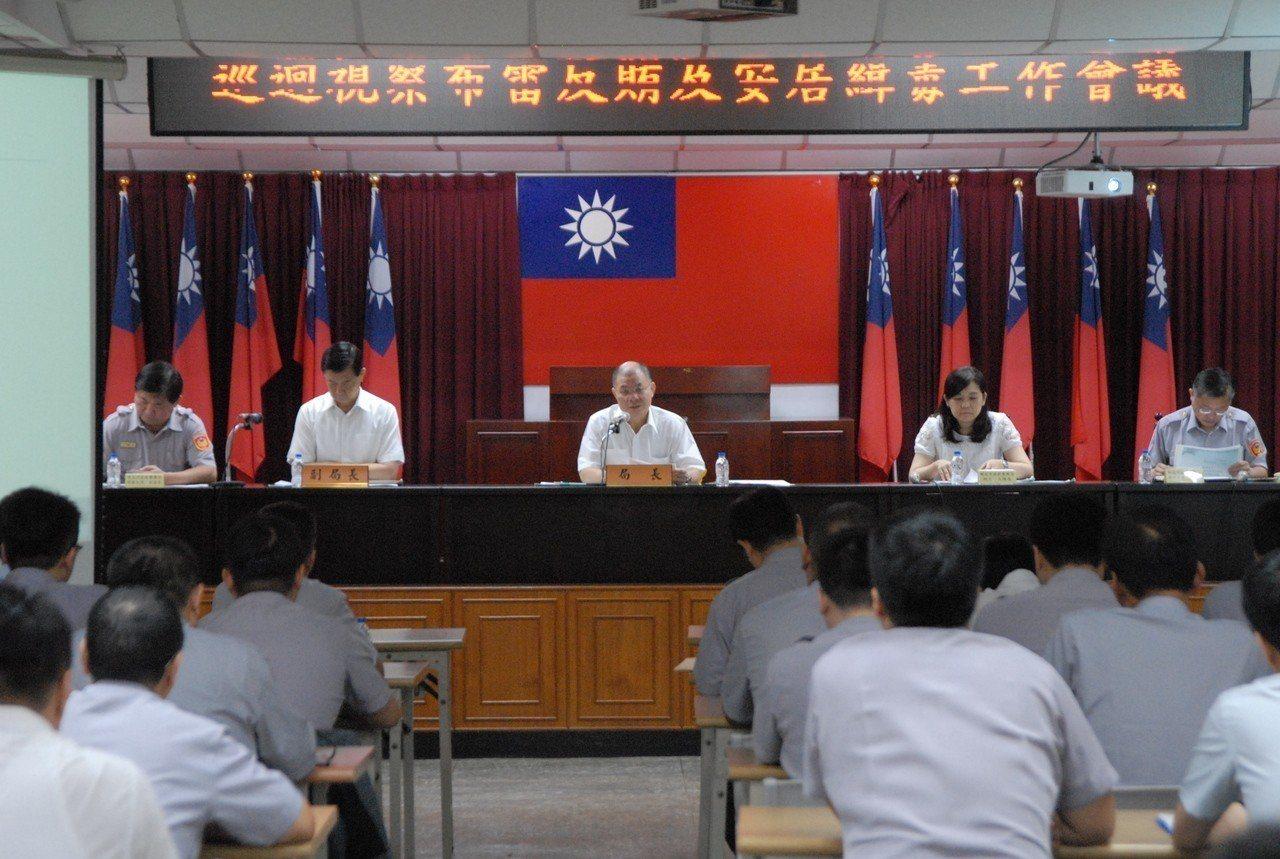 新北市警察局長胡木源主持會議(左二)。記者袁志豪/翻攝