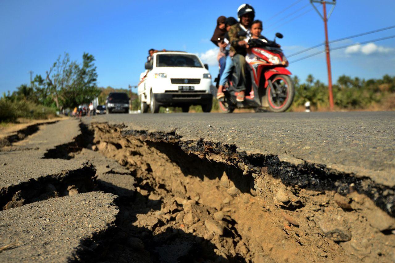 日前強震造成龍目島地面龜裂。法新社