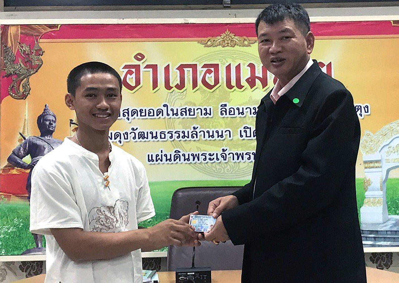 在泰國足球隊員受困洞穴事件中一度擔任受困者與救援人員之間翻譯的阿杜(左)8日從美...