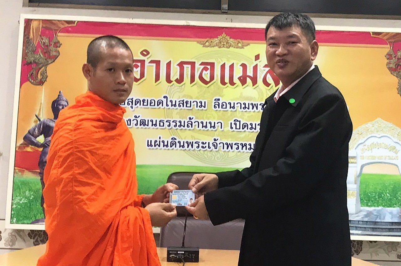在泰國足球隊員受困洞穴事件中擔任助理教練的25歲艾卡波(左)8日從美塞縣縣長手中...