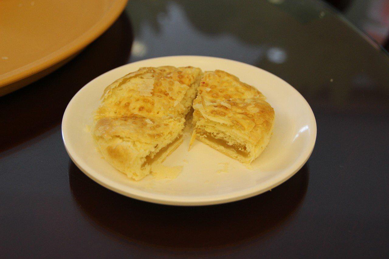老婆餅內餡加了一層吃起來像麻糬的鳳片粉,外皮呈金黃色。記者林敬家/攝影