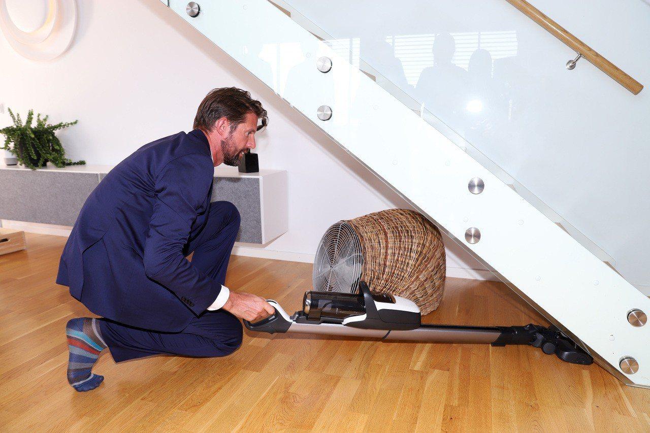 伊萊克斯全球地板清潔品類資深副總裁Adam Treschow親自示範FlexLi...