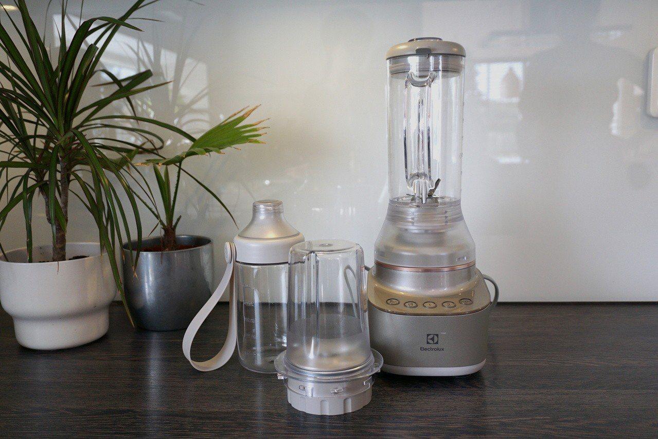 同步推出迷你隨行杯果汁機Explore 7新品,為結合果汁機和隨行杯的二合一便利...