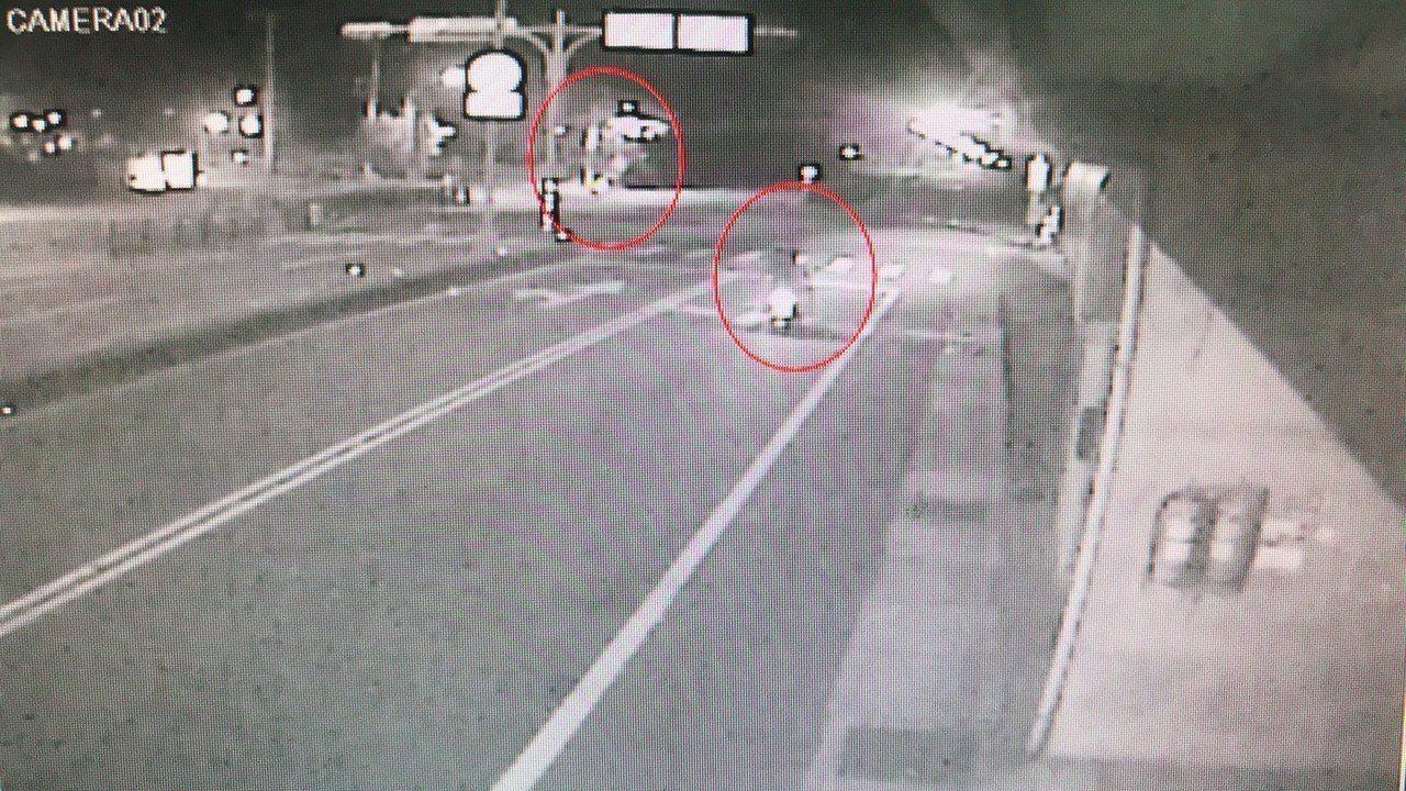 桃園市八德區2名男子趁女子抓寶可夢時偷走2支手機,警方獲報循線逮補,依搶奪罪函送...