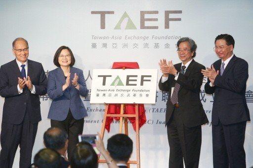 台灣亞洲交流基金會昨天揭牌,蔡英文總統(左二)等人共同揭牌,蔡總統表示,新南向政...