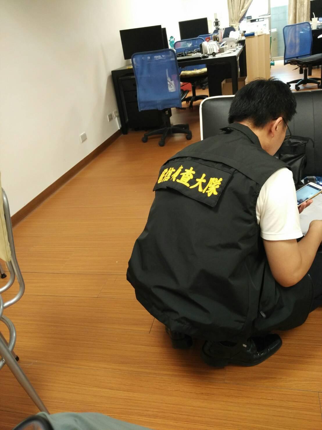 電信偵查大隊在嫌犯公司據點進行搜索。圖/刑事局提供