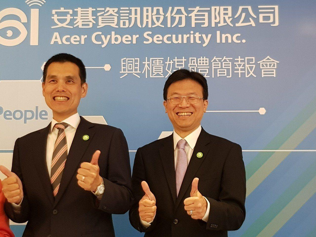 安碁資訊董事長施宣輝(左)與總經理吳乙南。(記者曾仁凱/攝影)
