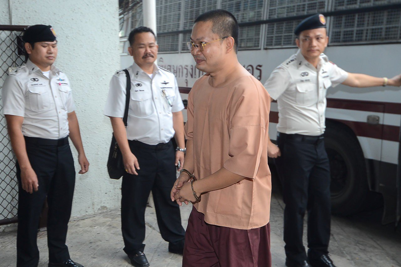 曾為僧侶的泰國男子Wirapol Sukphol(中)9日抵達曼谷法院準備聆聽判...
