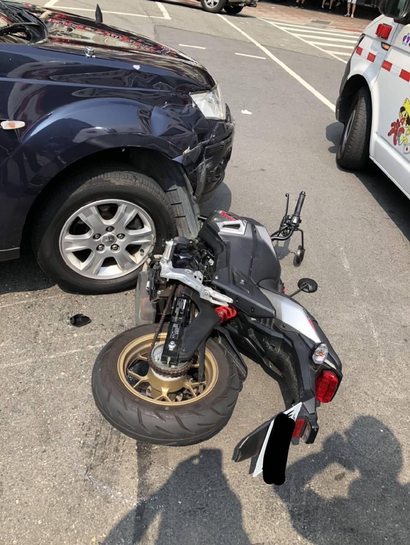 台北市文山二警分局的1輛巡邏車,開下信義快速道路匝道後違規右轉,撞倒右側直行的1...