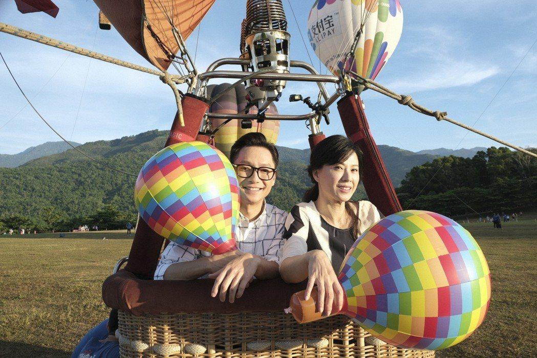 謝祖武(左)、涂善妮為戲搭上熱氣球。圖/TVBS提供