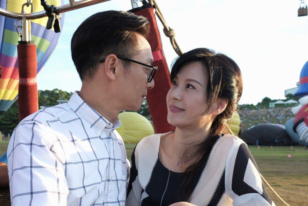 謝祖武(左)、涂善妮在熱氣球上深情對望。圖/TVBS提供