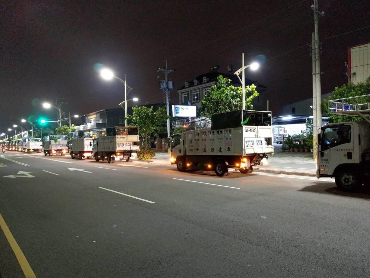 台中市清潔隊員投訴,資源回收物爆量,車輛大排長龍進不了回收廠;環保局說是回收車同...