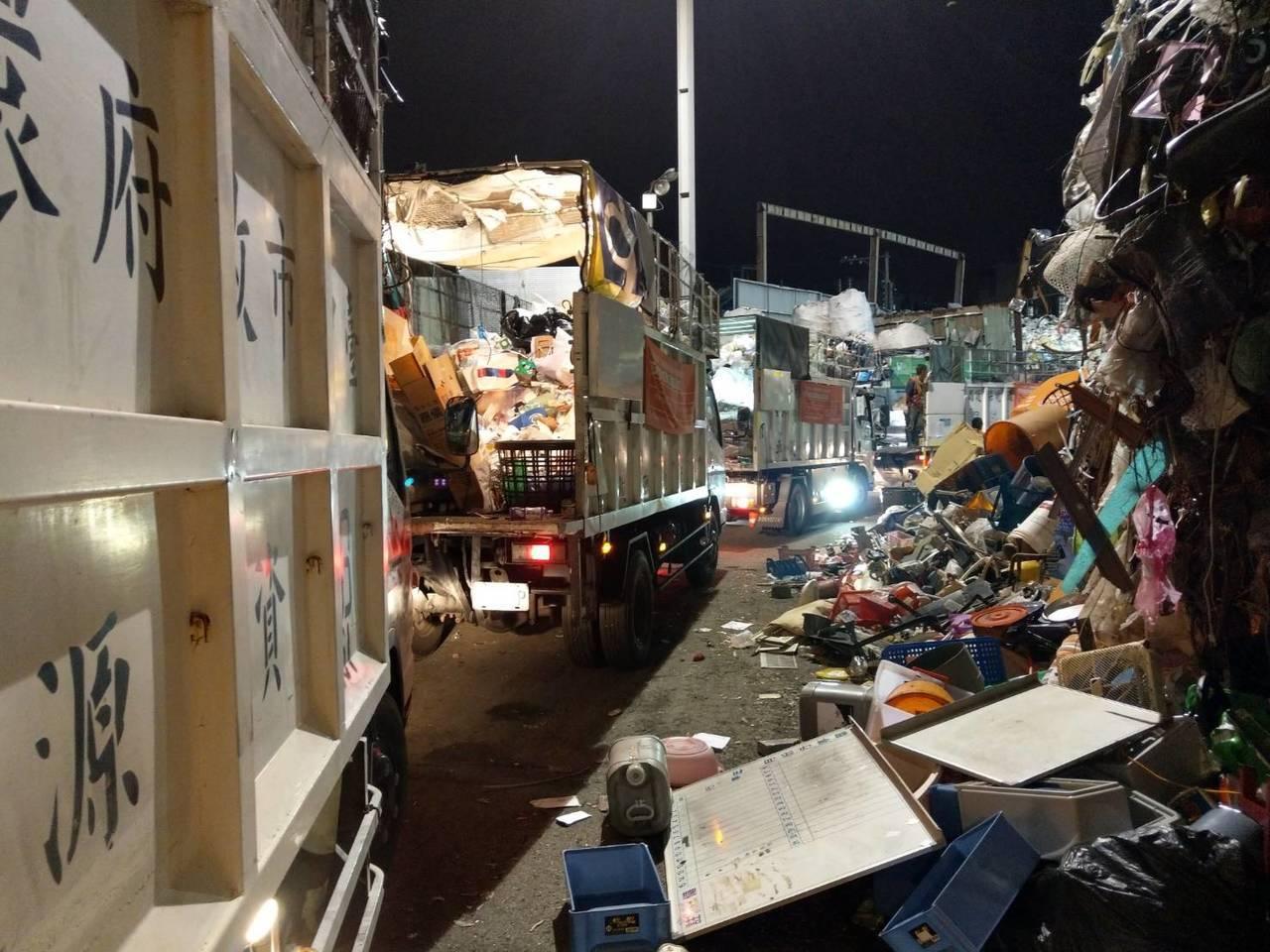台中市清潔隊員投訴,資源回收物爆量,車輛大排長龍進不了回收廠。圖/讀者提供